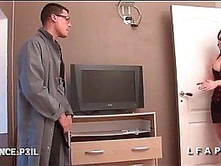 Maman cougar paye le jeune technicien avec son cul
