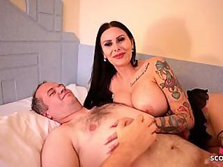 Alter Sack voegelt Tattoo Bitch Nutte mit riesen Titten und wird dabei gefilmt - German Hooker