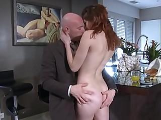 Homme mature sodomise la fille de son employé.